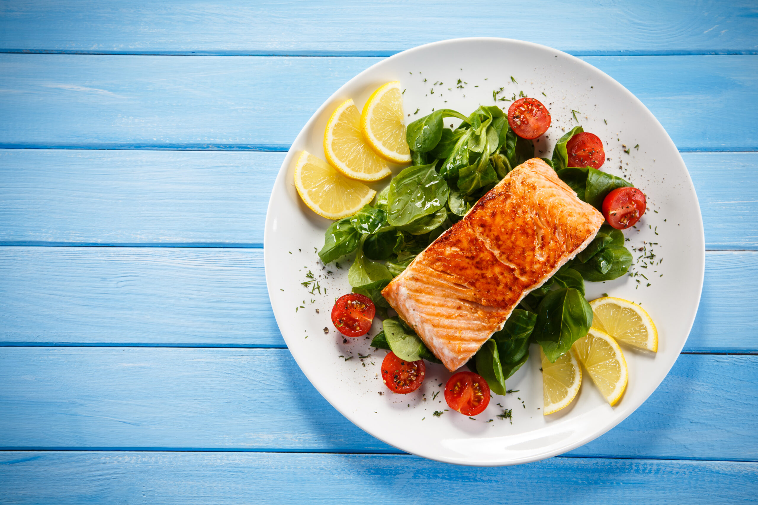 Plate-of-salmon-with-omega-3-and-veggies